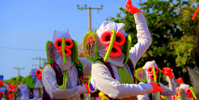 Pessoas fantasiadas no carnaval de Barranquilla