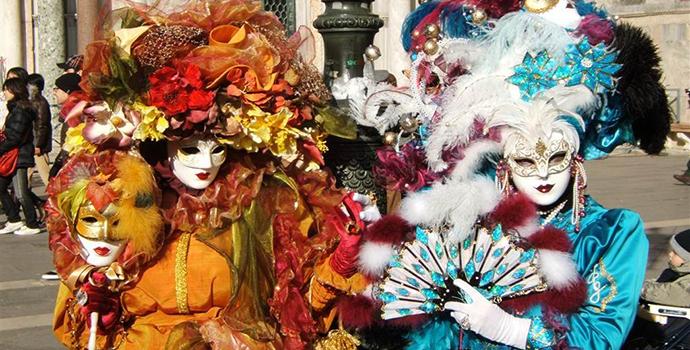 Mulheres fantasiadas no carnaval de Veneza.