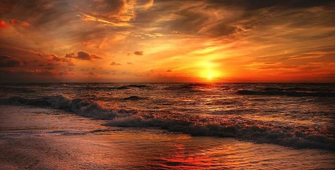 Pôr do sol em uma praia no Caribe