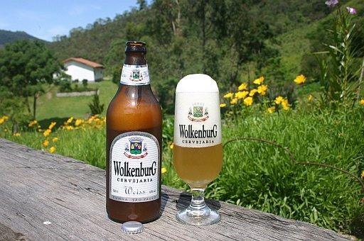 Além de tomar a cerveja, também é possível visitar a fábricas