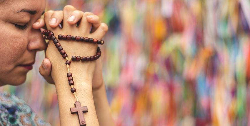 Foto mulher rezando