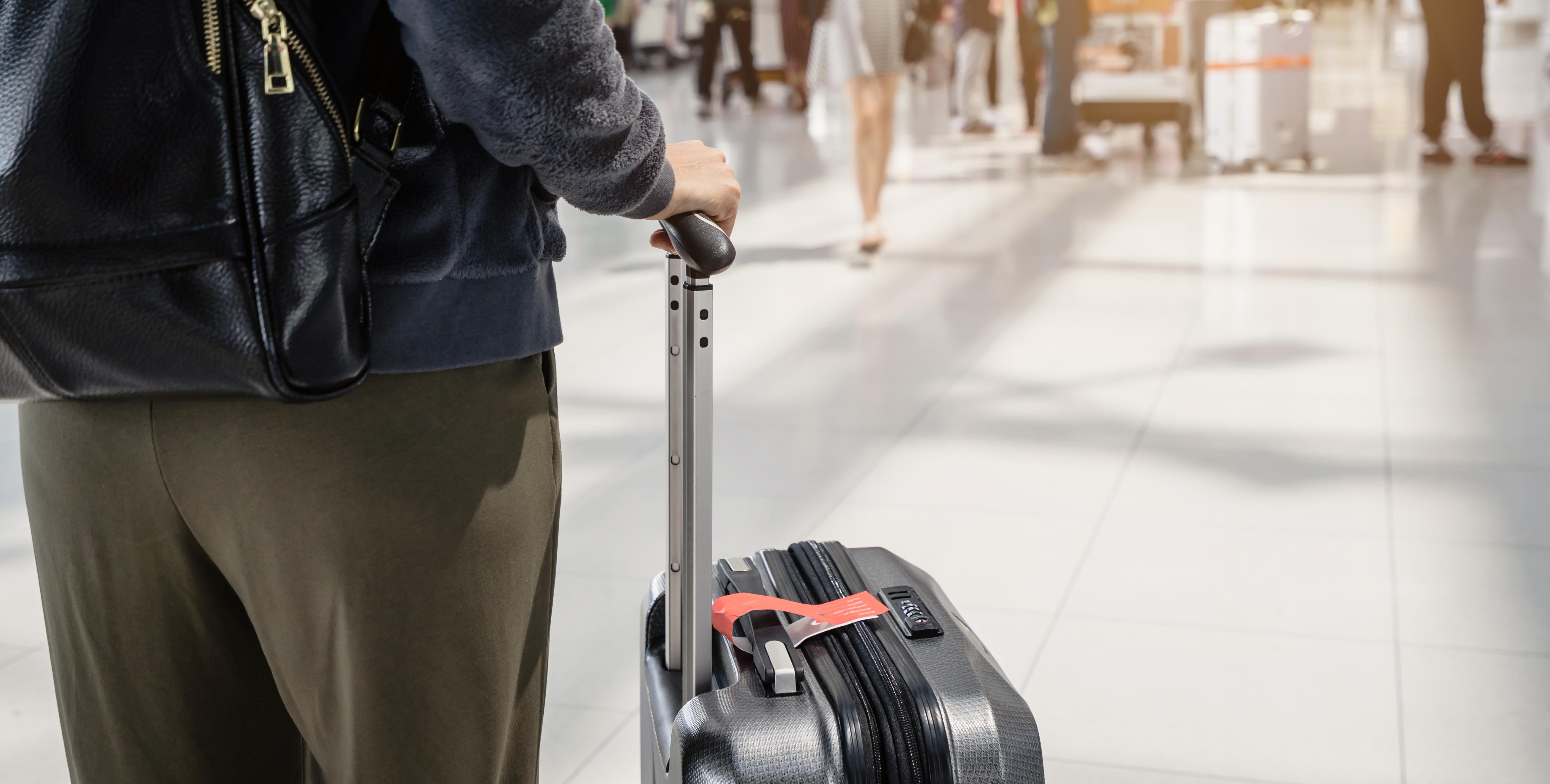 Foto pessoas com mala no aeroporto